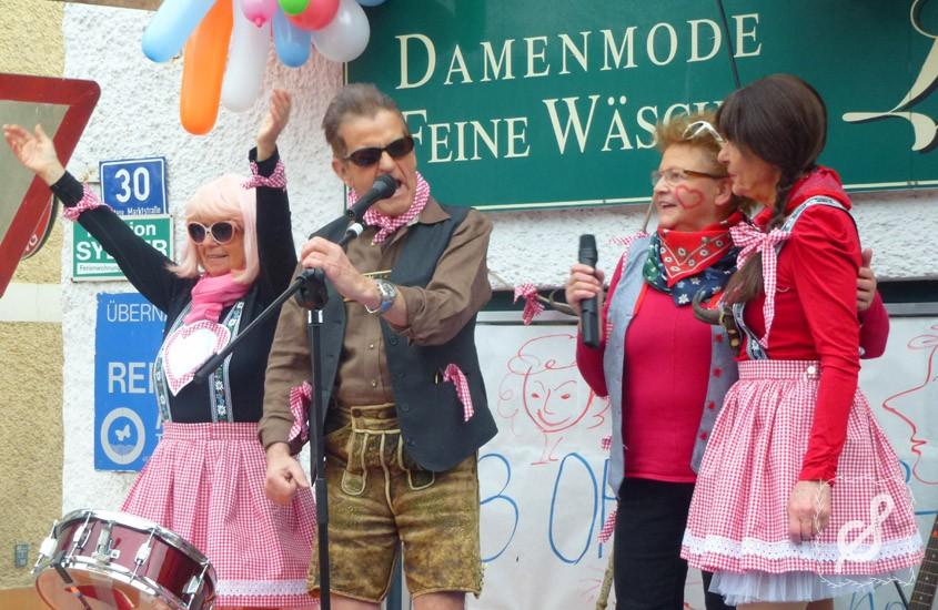 Faschingsdienstag vor dem Wollgeschäft Lahner in Bad Goisern (Foto: salzdirndl.com)